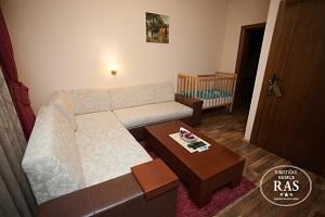 dbevni_boravak_sa_krevecem_za_bebe_u_apartmanu_hotel_ras_pazariste_novi_pazar