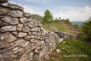 ostaci_zidina-utvrdjenja_gradina_stari_ras_pazariste