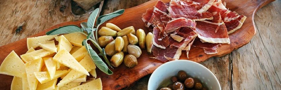 Restoran Atrijum Kotor Stari grad sir, pršuta masline
