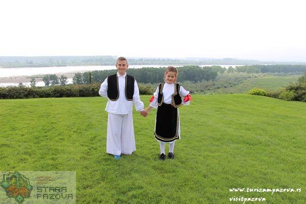 deca_u_tradicionalnim_nosnjama_na_obali_dunava_belegis