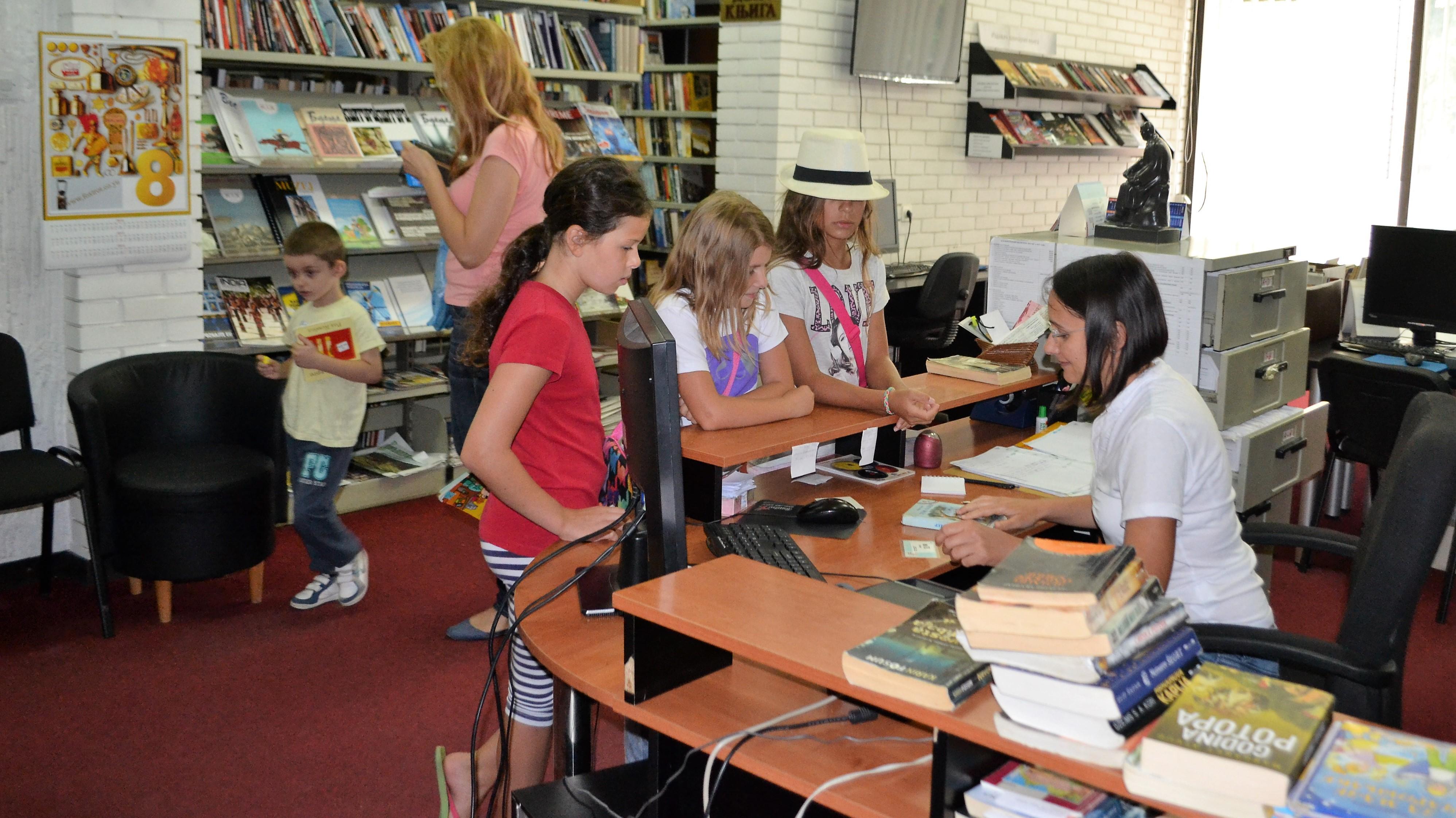 deca_uzimaju_knjige_u_biblioteci_njegos_u_knjazevcu