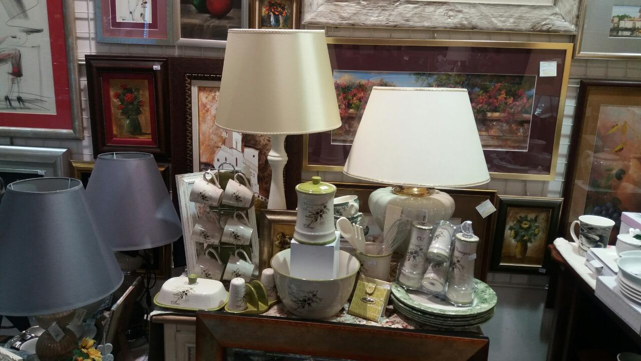 Galerija Taurus Beograd Slike akademskih slikara, porcelansko posuđe, vazne, lampe, ukrasni predmeti