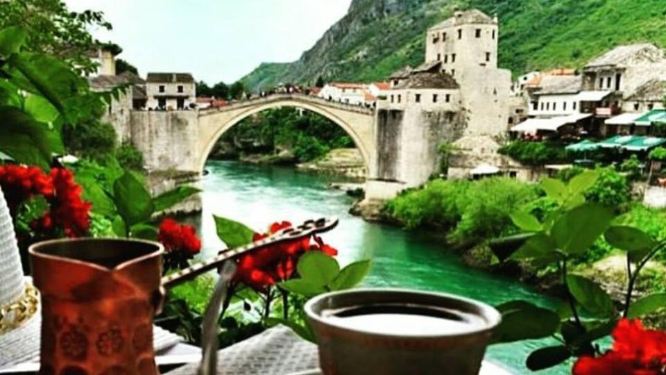 kafa_iz_fildzana_i_pogled_na_stari_most_mostar