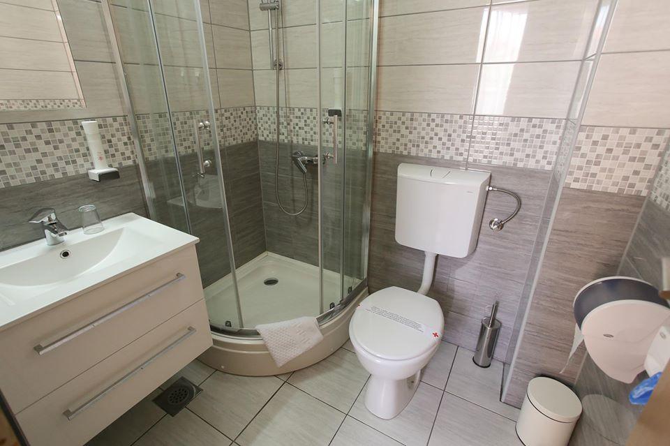 kupatilo_sa_tus_kabinom_hotel_villa_hana_mostar