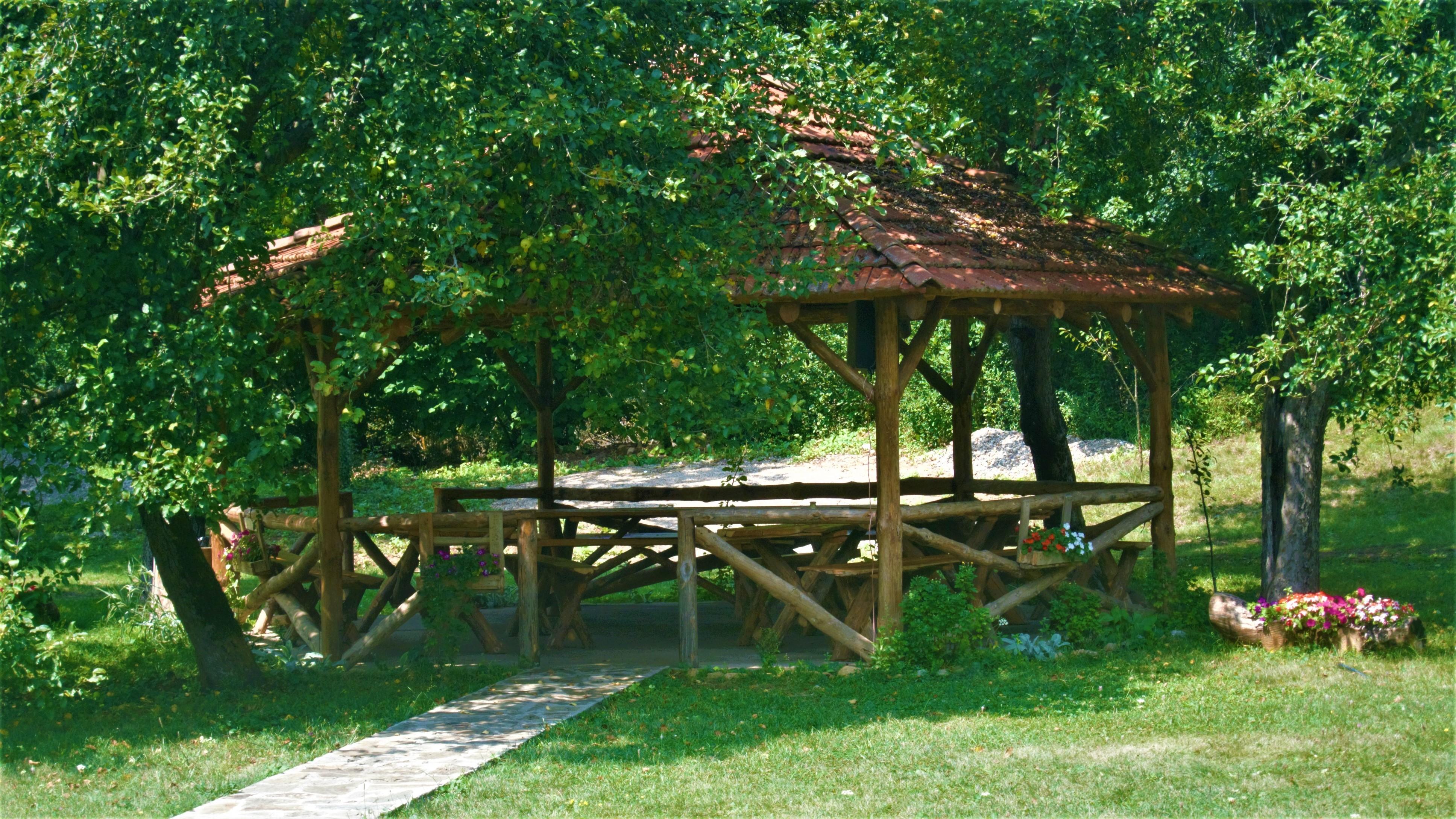 natkriveni_stolovi_sa_klupama_etno_selo_stara_planina