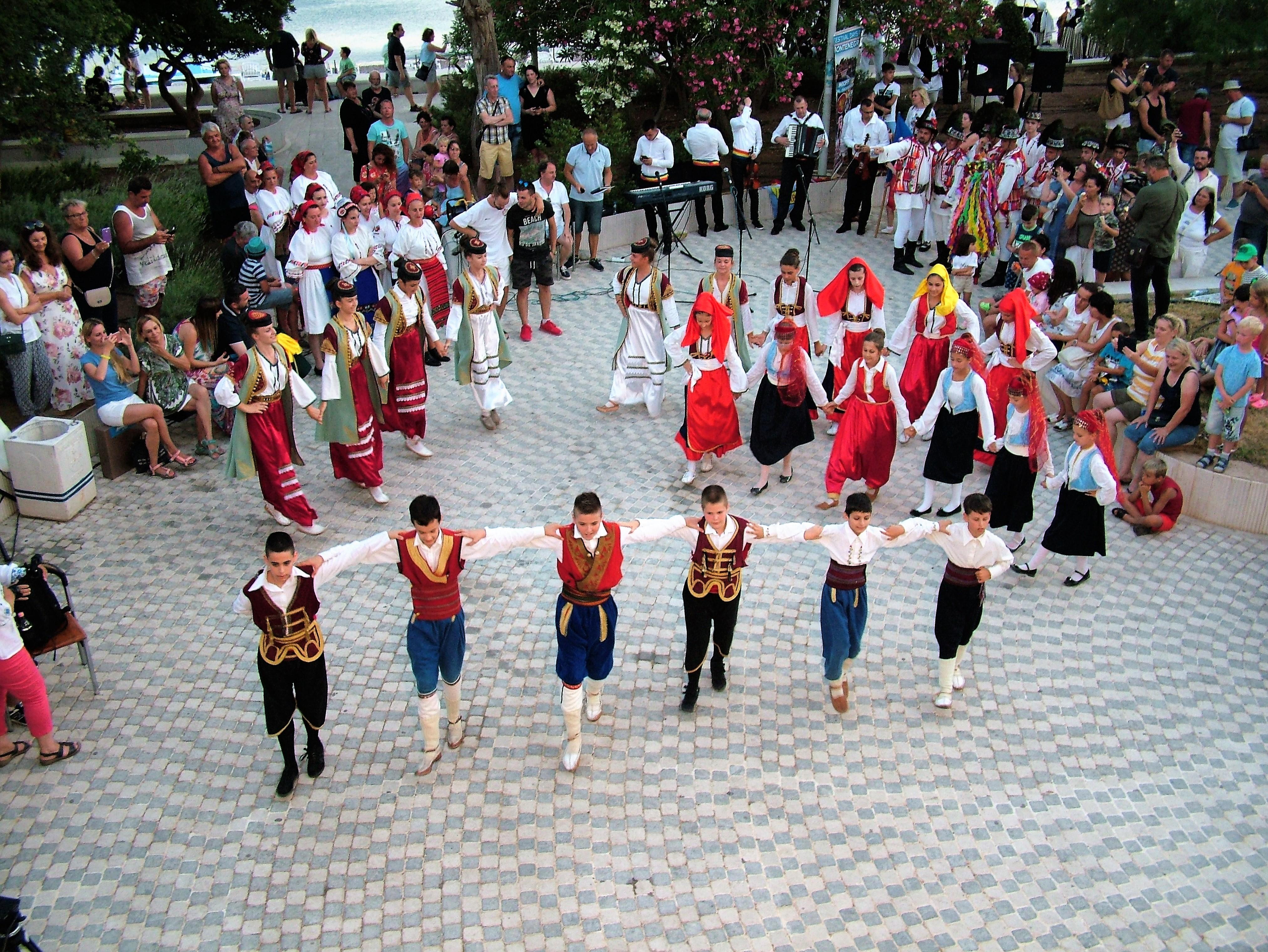 okupljena publika posmatra ucesnike medjunarodnog folklornog festivala 2019 petrovac