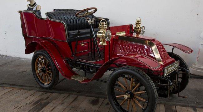 oltajmer stari crveni automobil