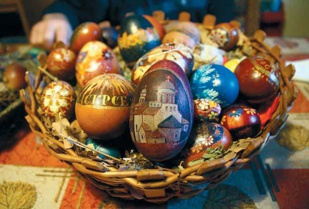 oslikana uskrsnja jaja u korpi backa topola