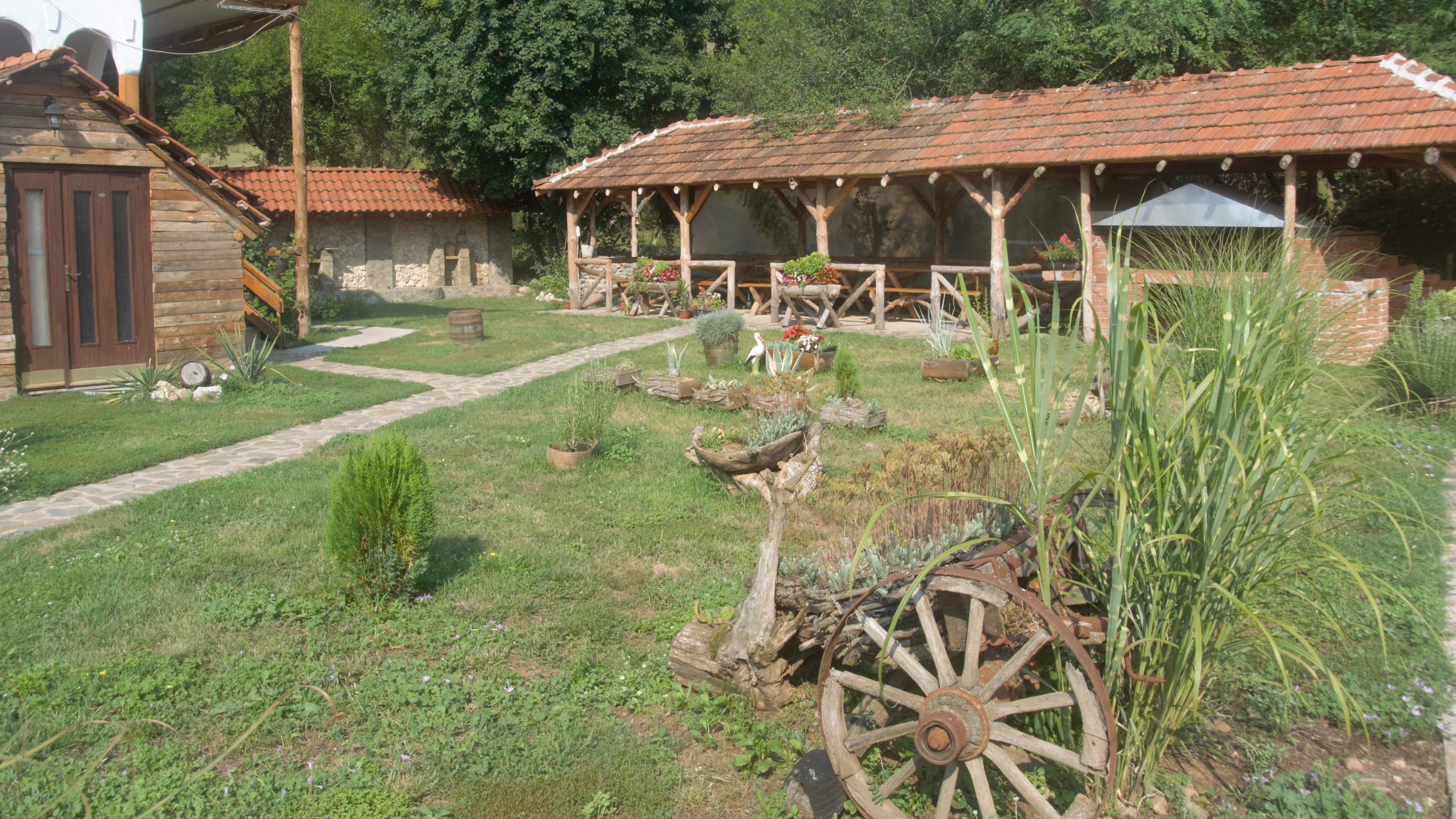 pokriveni_deo_restorana_i_basta_etno_selo_stara_planina