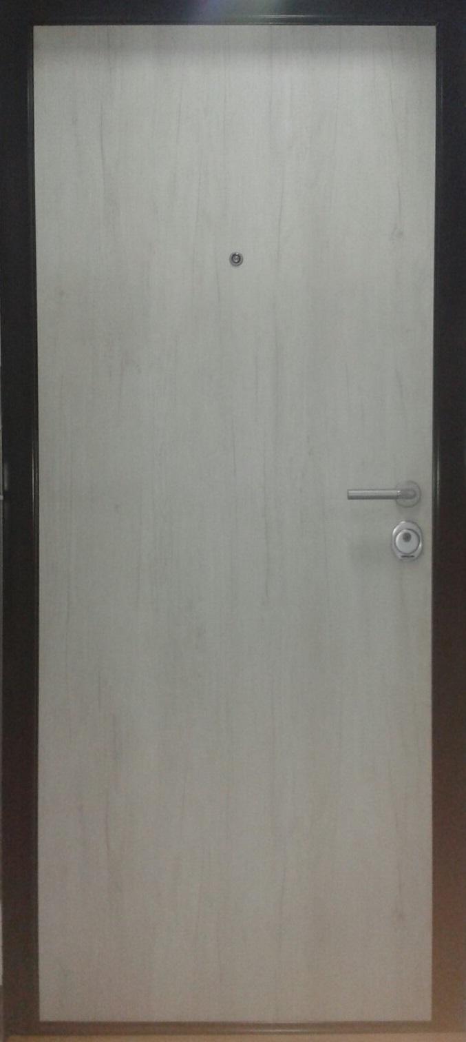 sigurnosna_vrata_svetla_sa_crnim_stokom_talaris