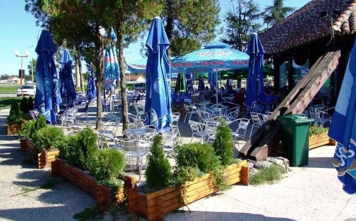 Letnja bašta restorana Stari Hrast u Markovcu pored autoputa