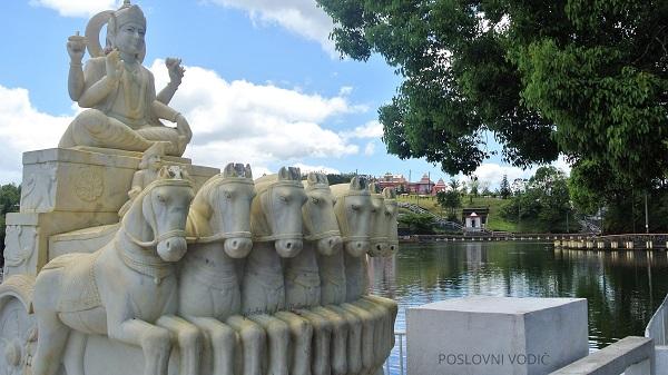 statua_sive_pored_svetog_jezera_ganga_tao_mauricijus_photo_by_ira_petrov